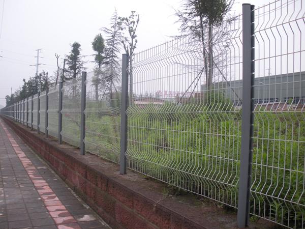 三角折弯护栏网案例